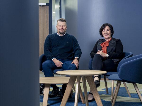 kokousitla istua hymy hymyillä aulatila mies nainen Viestikatu Anssi Lehikoinen ja Tarja Tikkanen KPY